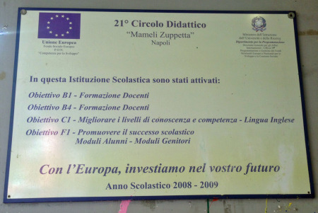 """Targa della Pio XII """"Investiamo nel vostro futuro""""."""