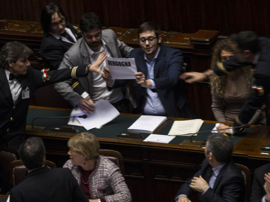 Protesta m5s alla camera 7 espulsi crudiezine for Votazioni alla camera
