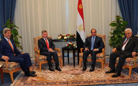 Il segretario di Stato John Kerry, Re Abdullah di Giordania, il Presidente Egiziano Al Sisi e il Presidente Palestinese Mohamed Abbas all'EECD