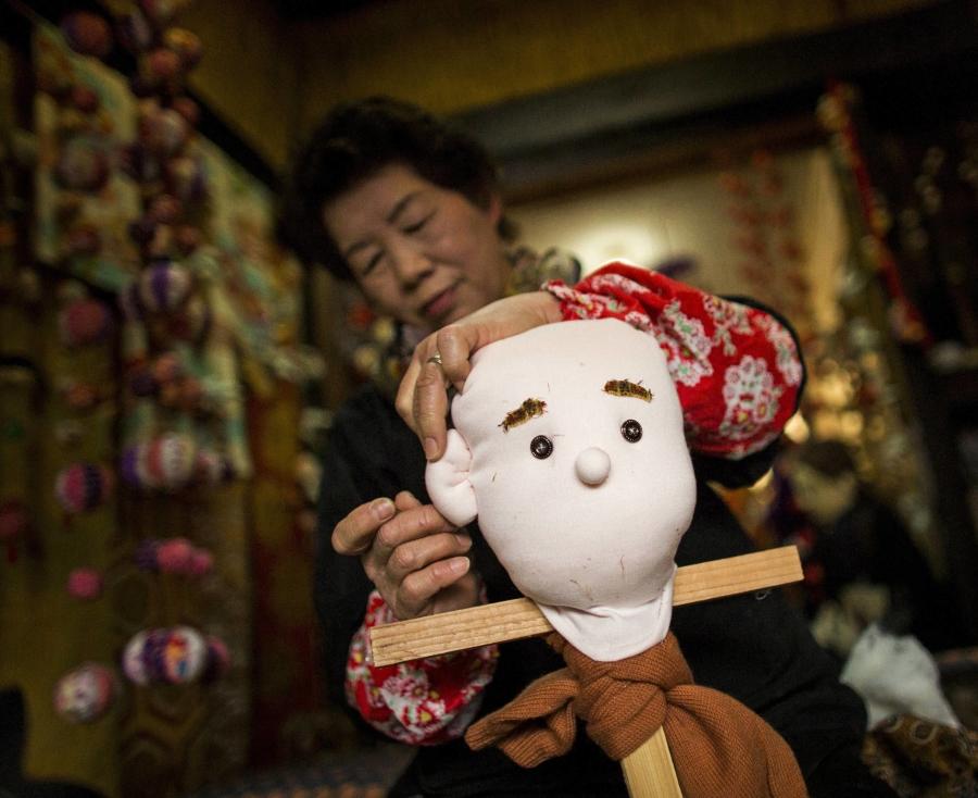 Tsukimi Ayano mentre cuce uno dei suoi pupazzi.