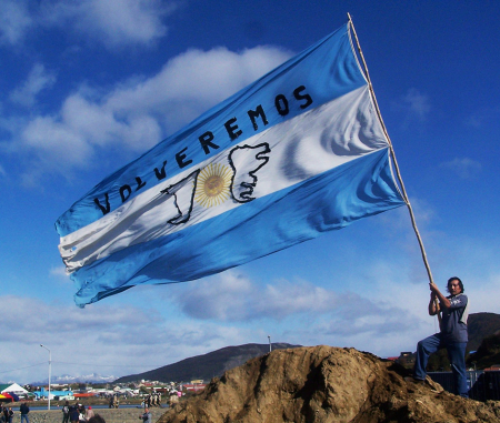 Volveremos, torneremo, è la promessa fatta dall'Argentina alle Falkland.