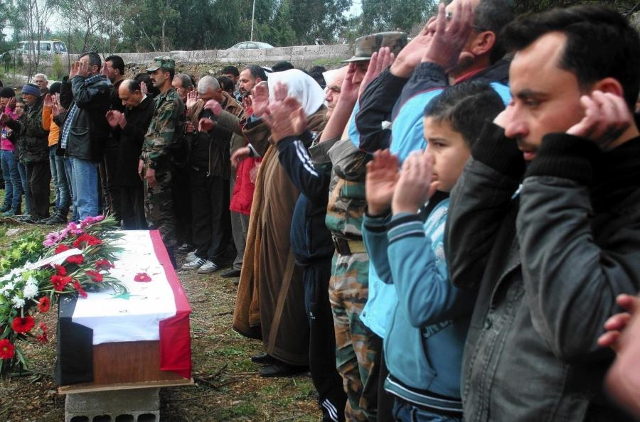 Cittadini siriani presenti al funerale del generale Mohammed Sleiman.