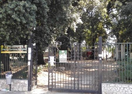 Villa comunale di Madonna dell'Arco vandalizzata di notte