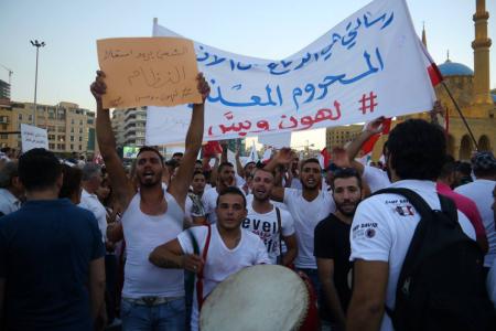Manifestanti in piazza a Beirut, per la campagna #YouStink