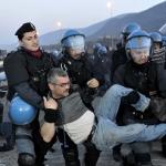 Poliziotti che trascinano un anziano manifestante.