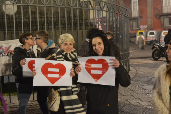 ragazze innalzano cartelloni inneggianti Amore