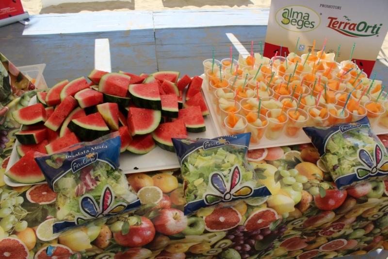 Risultati immagini per fruit e salad on the beach