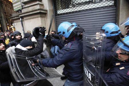 Proteste fuori il teatro la Scala - Foto di Luca Bruno