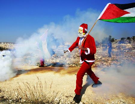 Babbo Natale protesta contro la barriera a Ramallah - Foto di Majdi Mohammed