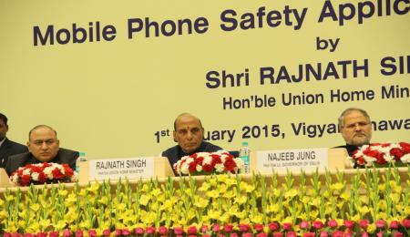 Il ministro dell'Interno Rajnath Singh e il governatore di Delhi, Najeeb Jung