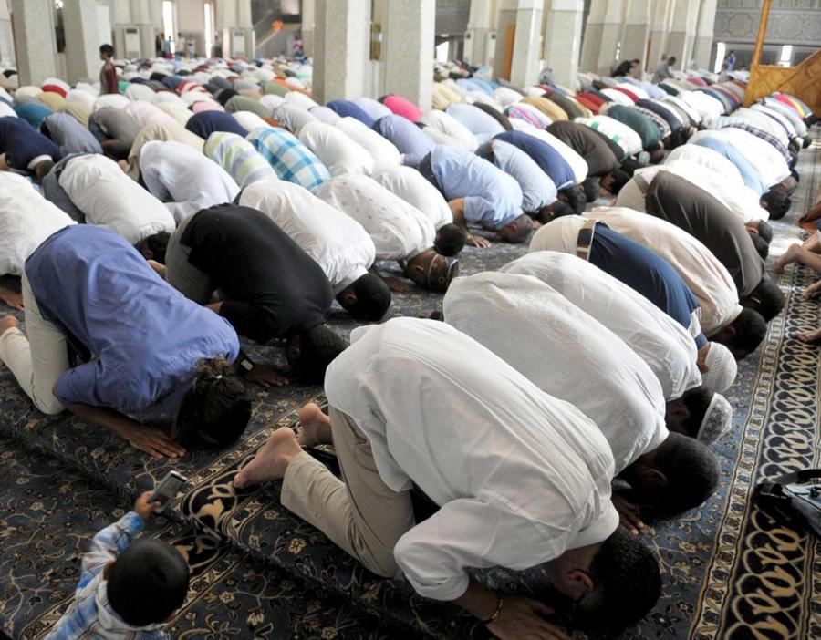 Interno Moschea durante preghiera.