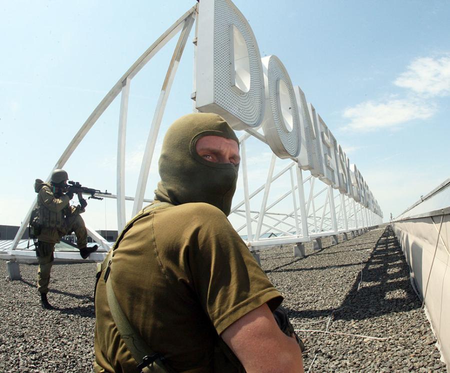 Militari all'aeroporto di Donetsk.