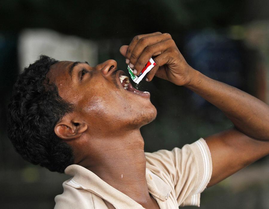 Ragazzo indiano mastica tabacco.