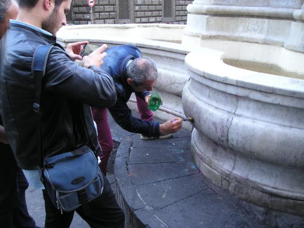 Volontari puliscono la fontana Carlo III