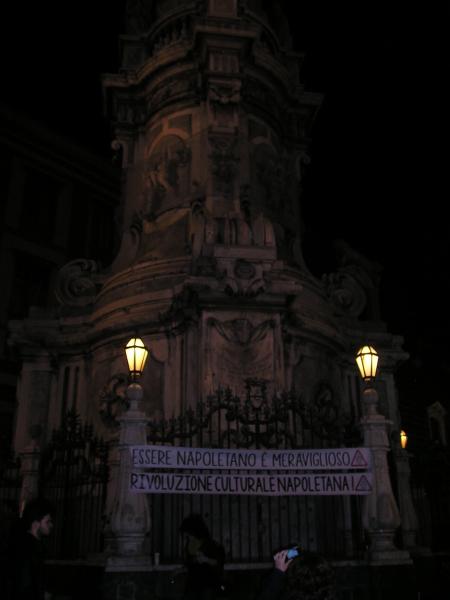 Pulizia dei basamenti dell'obelisco in Piazza del Gesù