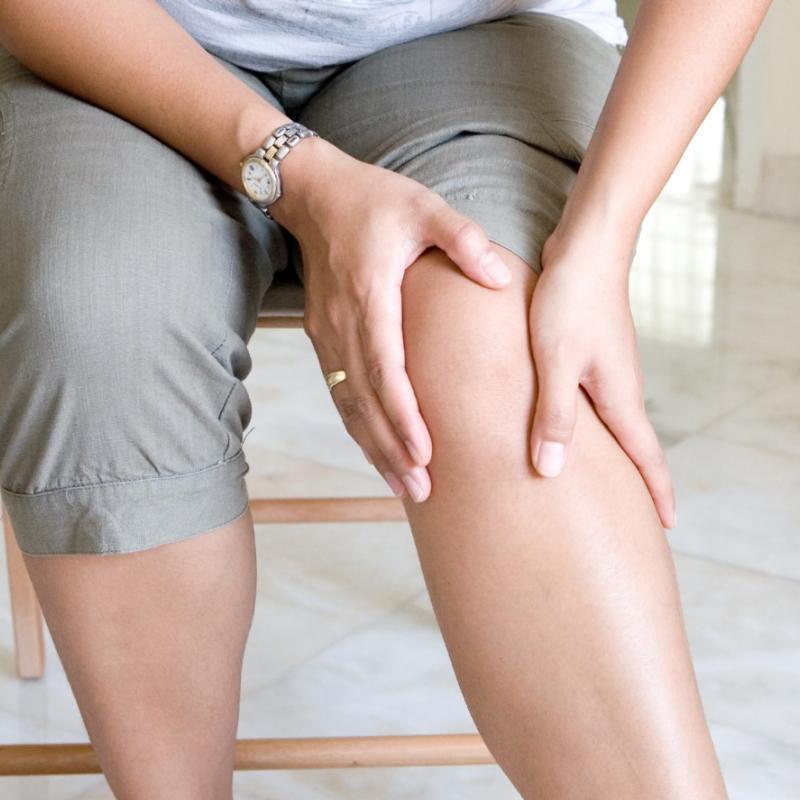 Dolore alle ginocchia dopo una camminata: le cause e i rimedi