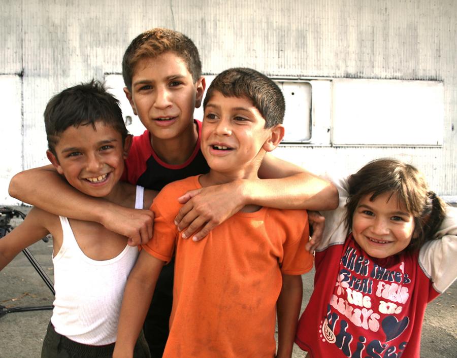 Bambini Rom di un campo alle porte di Roma.