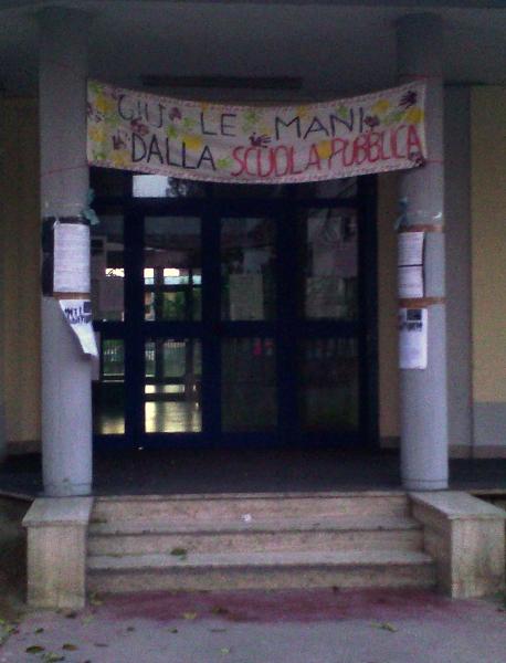 Striscione davanti a una scuola di Casalnuovo
