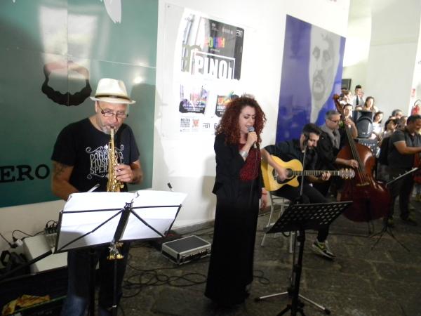 L'esibizione live dei Soul Town. Vocalist: Martina Striano
