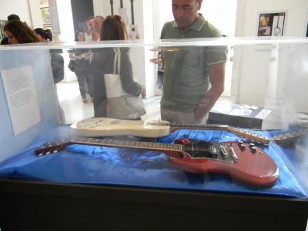 Alcune delle chitarre di Pino Daniele esposte
