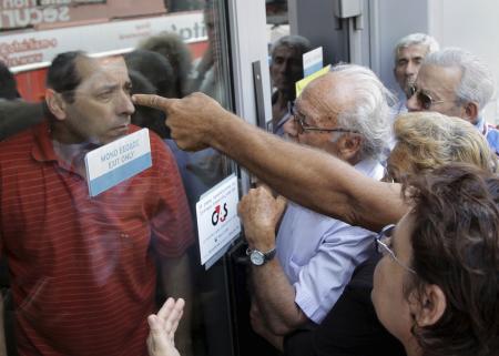 Pensionati greci in protesta all'ingresso della Banca Nazionale