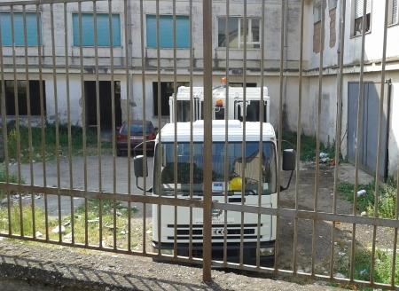 Camion dei rifiuti sul retro dell'edificio scolastico Nicola Pecorelli.