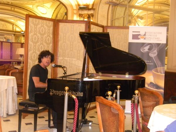 Il cantautore Lino Blandizzi al piano.