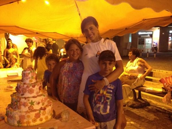 Volontaria con bambini