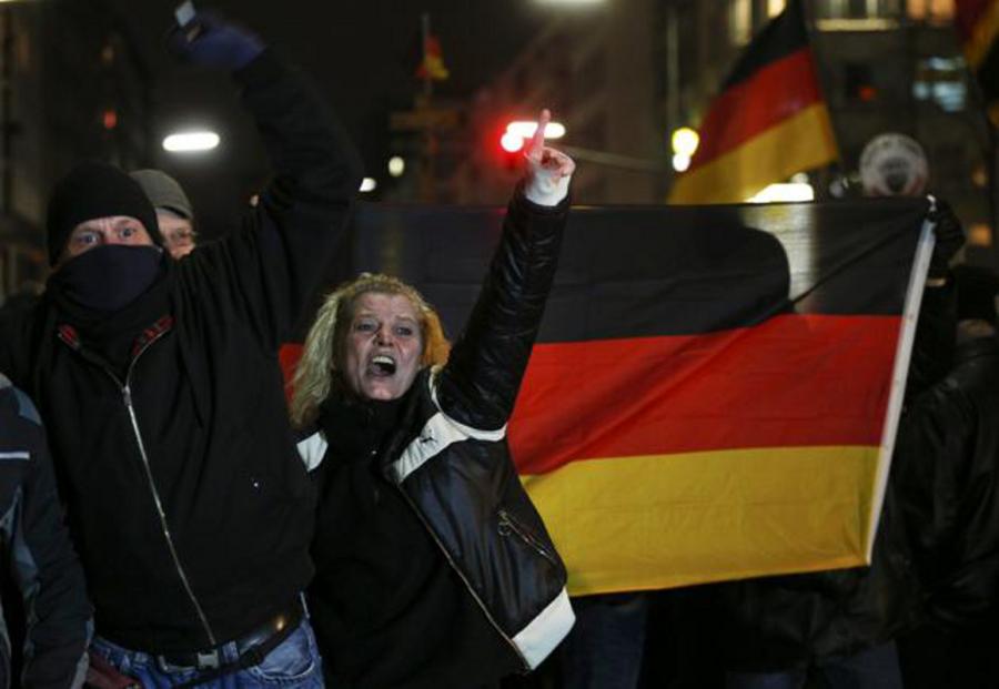 Membri del DUEGIDA, movimento patriottico anti-immigrazione, sezione di Dusseldorf
