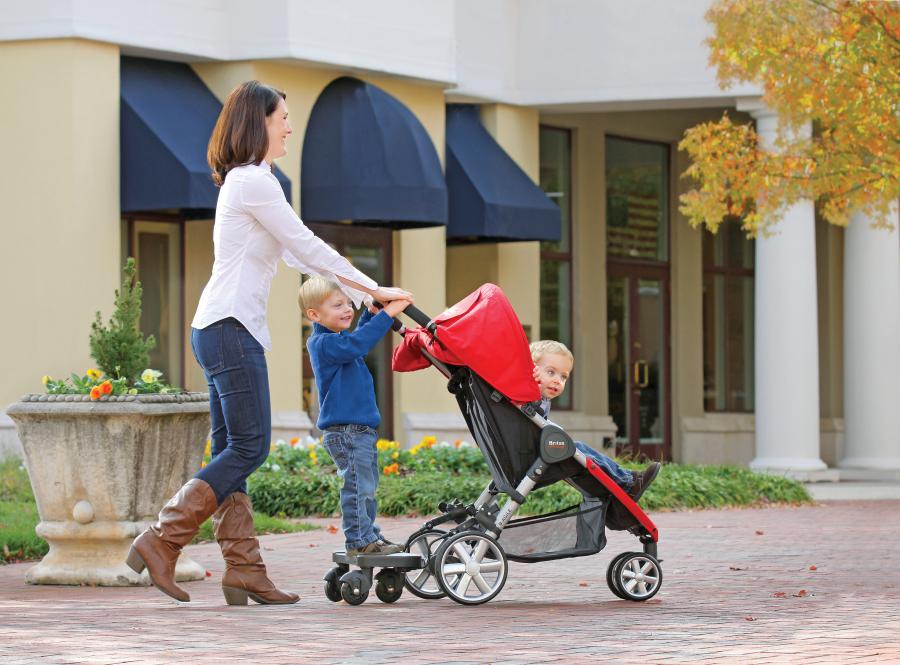 mamma con passeggino e figli