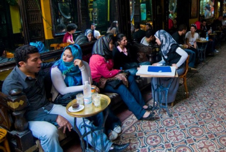 Donne velate in un bar del Cairo