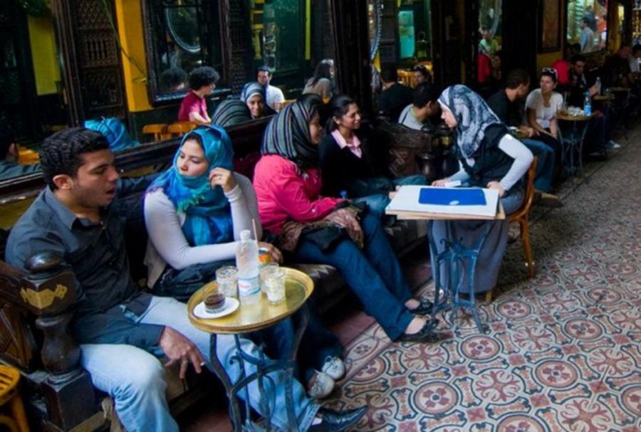 Donne velate in un bar del Cairo