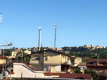 Antenne telefoniche tra le abitazioni di Mugnano