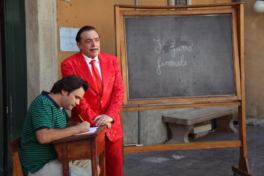 Un fotogramma dello spot anti-tabagismo con Nino Frassica