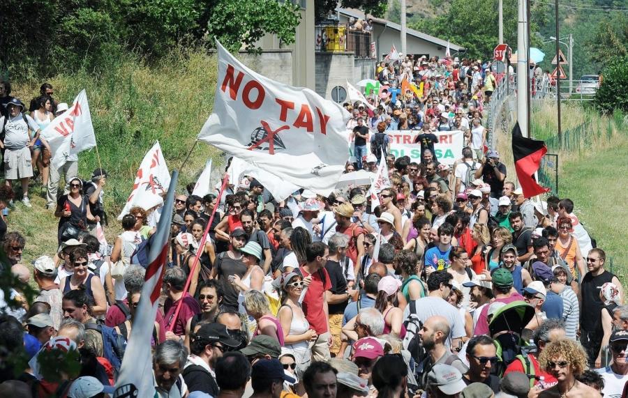 Una marcia dei NO TAV da Giaglione a Chiomonte, Torino, 27 luglio 2013. ANSA/ALESSANDRO DI MARCO