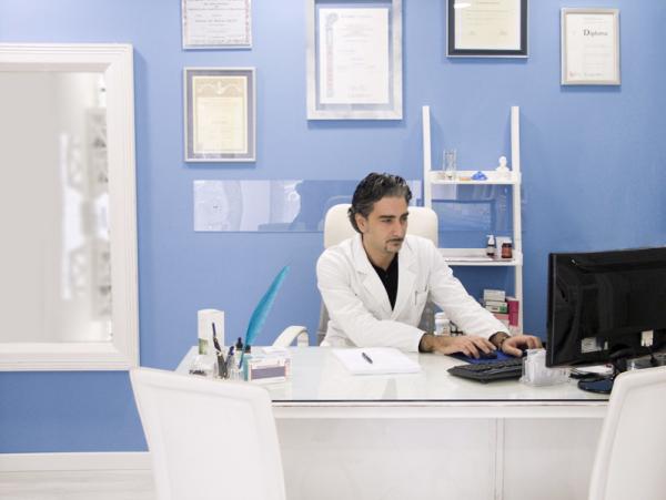 Il Dottor Carlo Blanco nel suo studio